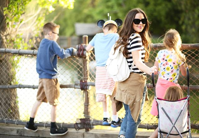 disneyland kids and mom