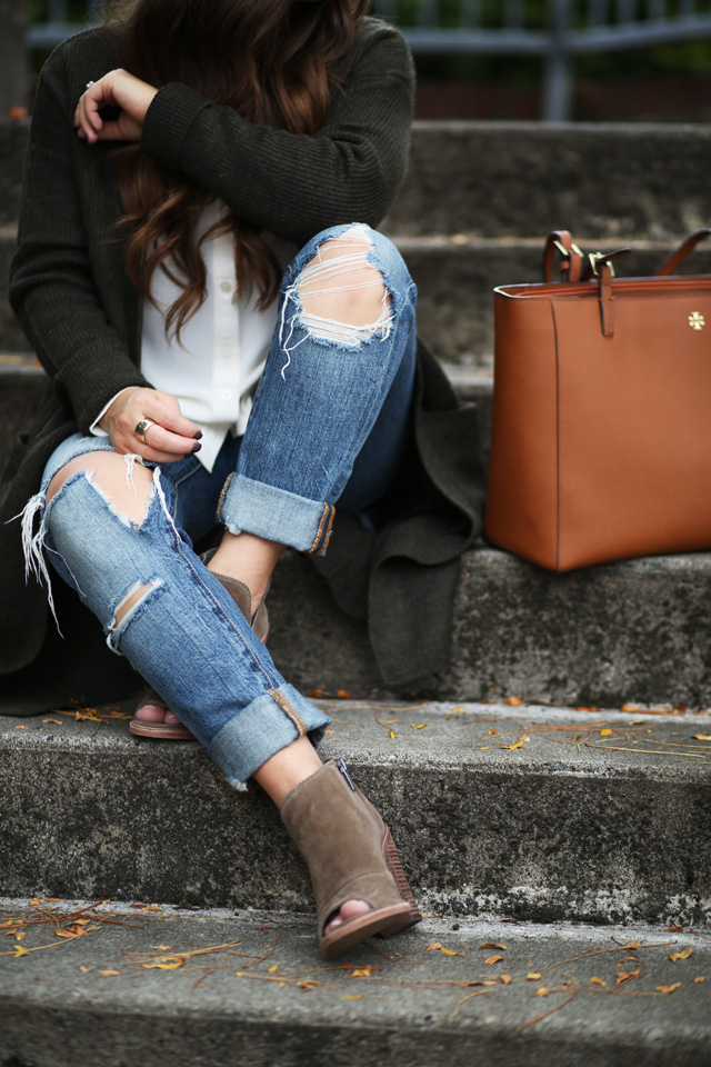 cognac-bag-ripped-jeans